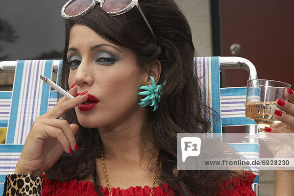 rauchen  rauchend  raucht  qualm  qualmend  qualmt  Portrait  Frau  Wein  trinken