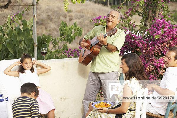 Außenaufnahme sitzend Mann zuhören Gitarre freie Natur spielen