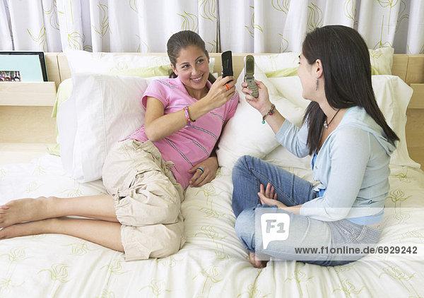 Handy  benutzen  Freundschaft  Bett