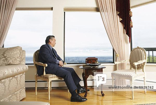 sitzend Mann Fenster Wohnhaus Eleganz