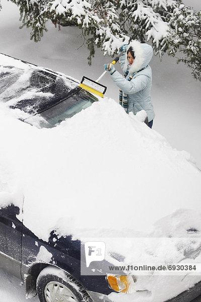 Kleintransporter  Frau  Bürste  Schnee  Lieferwagen