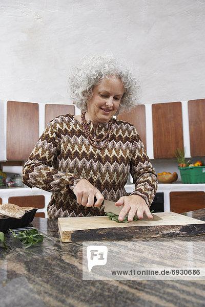 Frau  Küche  Gemüse  hacken