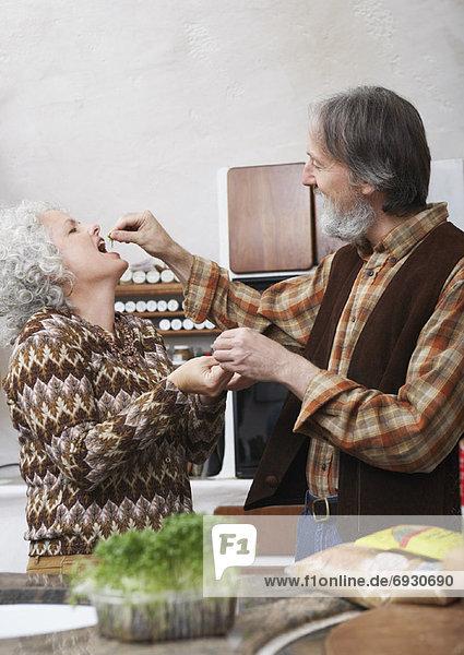Frau  Mann  Küche  füttern