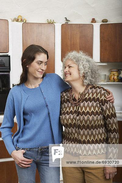 Mutter und Tochter in Küche