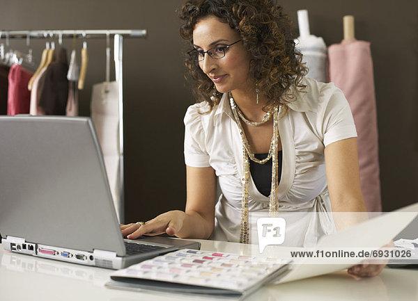 Weiblich Working auf Laptop-Computer