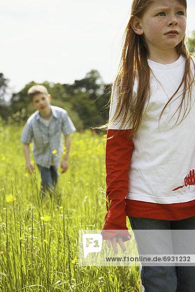 gehen  Junge - Person  Feld  Mädchen