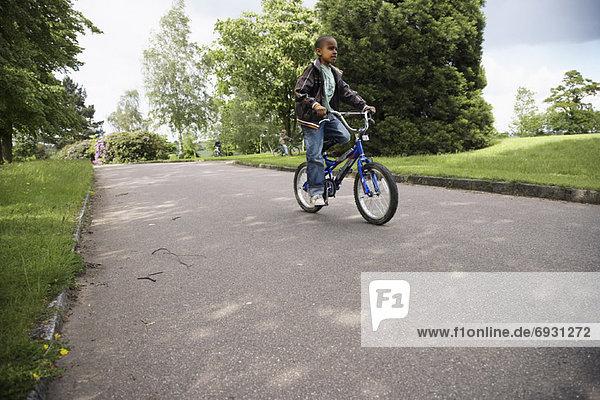 Junge auf Fahrrad