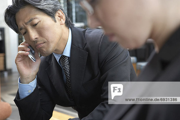 Kaufmann mithilfe Handys