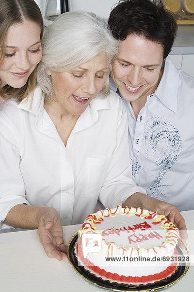 empfangen  Großmutter  Enkelkind  Geburtstag  Kuchen