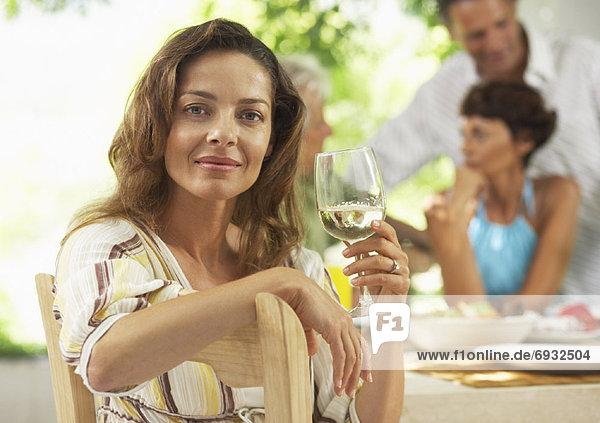Außenaufnahme Frau am Tisch essen freie Natur