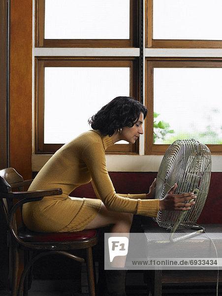 Frau  Fenster  Elektrische Energie