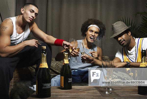 Freundschaft zuprosten anstoßen Champagner