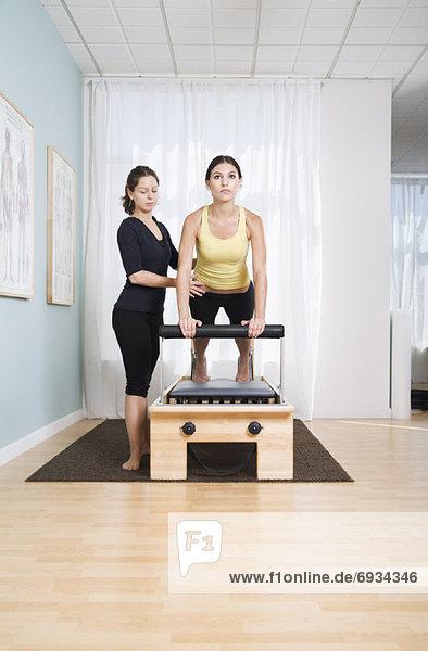 Frau  üben  Maschine  Pilates