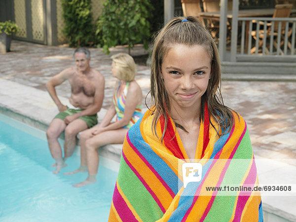 Großeltern Schwimmbad Mädchen