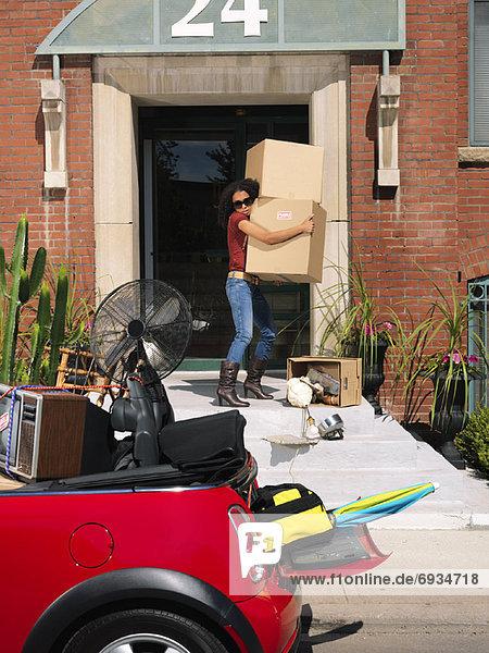 Frau tragen Auto verpacken