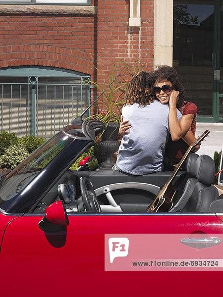 nebeneinander  neben  Seite an Seite  umarmen  Auto