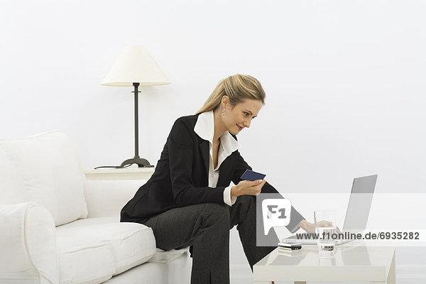 Geschäftsfrau mit Laptop