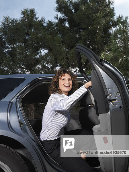 Frau  Auto  rauskommen