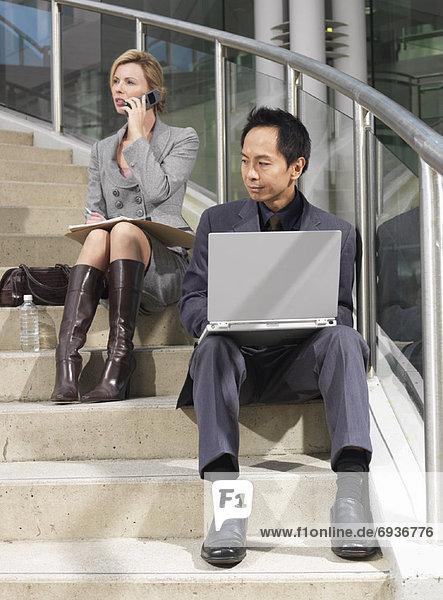 Geschäftsleute sitzen auf Schritte