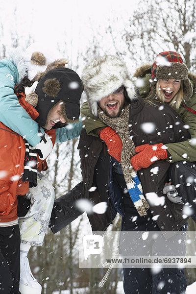 Außenaufnahme  Winter  Freundschaft  freie Natur  spielen