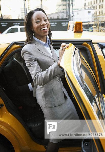 Geschäftsfrau  Taxi  bekommen