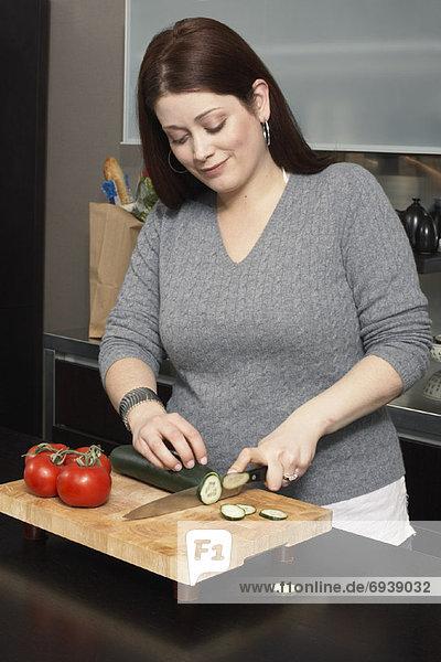 Frau schneiden Gemüse
