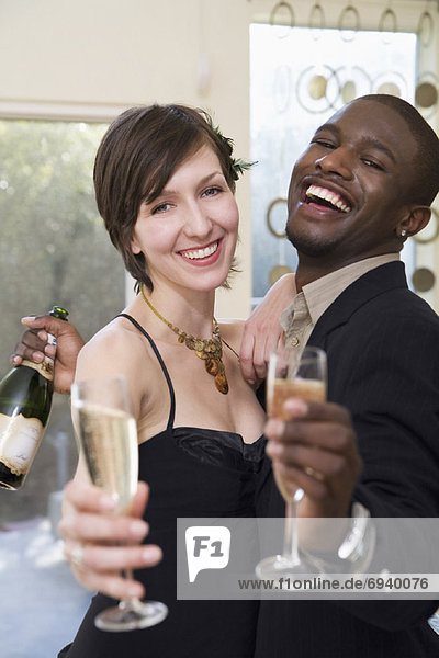 Paar trinkt Champagner
