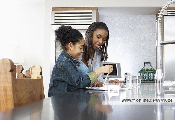 Schwester  Hilfe  Mädchen  Hausaufgabe