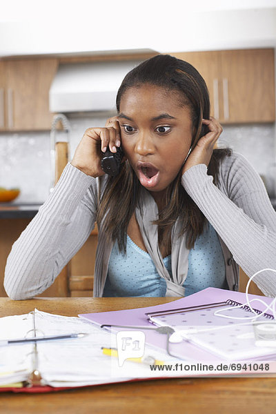 sprechen Mädchen Hausaufgabe telefoniert