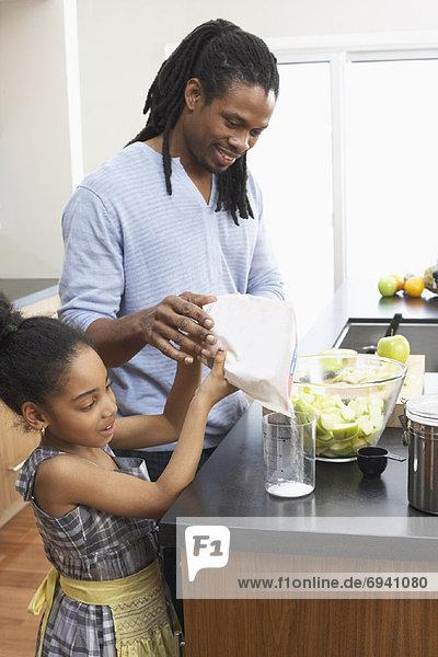 Menschlicher Vater  Küche  Produktion  Tochter