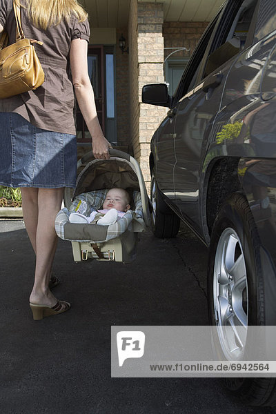 Frau Sitzmöbel tragen Auto Baby Sitzplatz