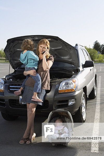 Handy  benutzen  Auto  Ärger  Gespräch  Gespräche  Unterhaltung  Unterhaltungen  Mutter - Mensch  Hilfe