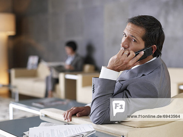 Kaufmann mit Mobiltelefon