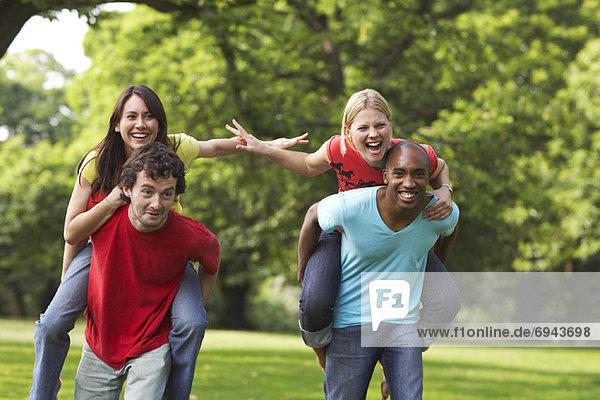 Außenaufnahme Freundschaft freie Natur spielen