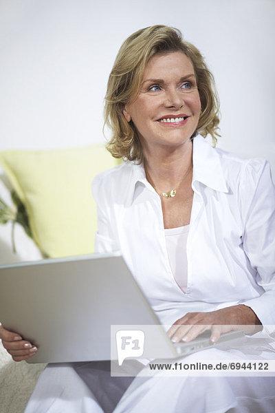 Frau mit Laptop