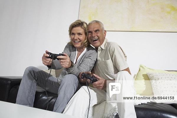 Paar spielen Videospiele