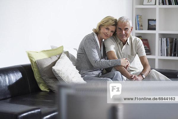 Paar beobachten Fernsehen