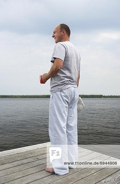 Mann entspannenden auf Dock