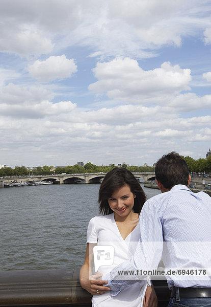 Paar auf Brücke stehend