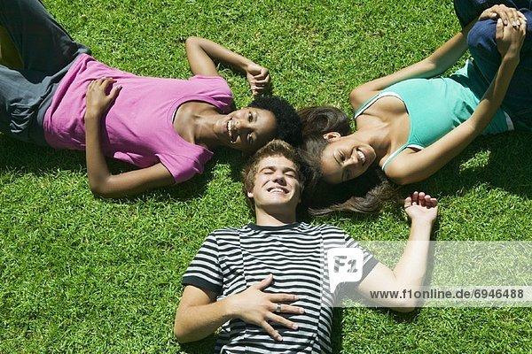 liegend  liegen  liegt  liegendes  liegender  liegende  daliegen  Jugendlicher  Gras
