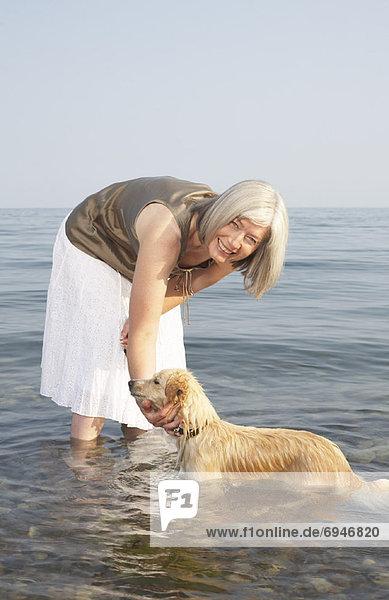 Wasser  Frau  Hund  streicheln