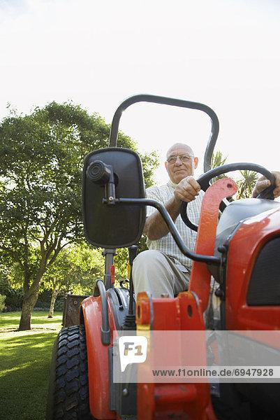 Mann fahren Rasenmäher