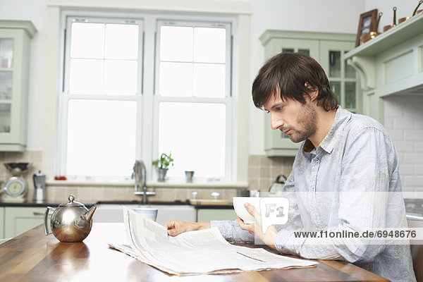 Mann Küche Zeitung vorlesen