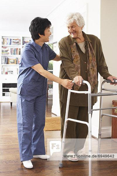 Senior Senioren benutzen Frau empfangen Hilfe wandern