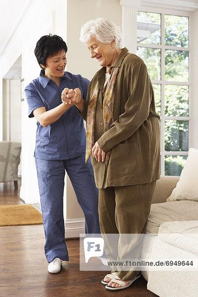 Senior Senioren Frau empfangen Stuhl Hilfe rauskommen