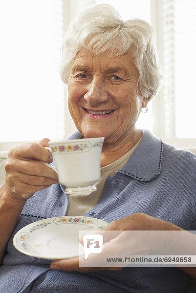 Senior Senioren Portrait Frau Tasse halten Untertasse