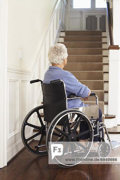 Stufe  Senior  Senioren  Frau  Boden  Fußboden  Fußböden  Rollstuhl