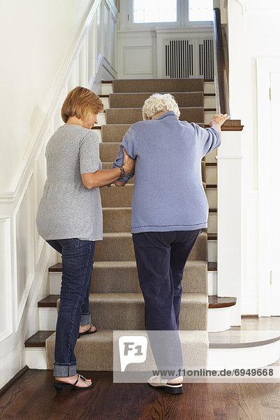 Stufe  hoch  oben  Senior  Senioren  Frau  empfangen  gehen  Hilfe