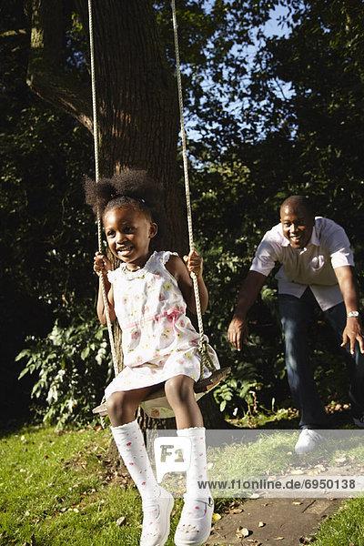 schaukeln  schaukelnd  schaukelt  schwingen  schwingt schwingend  schieben  Menschlicher Vater  Baum  Tochter  Schaukel