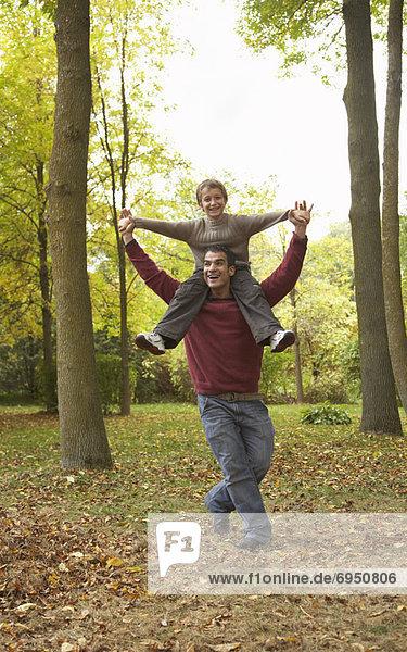 Menschlicher Vater  Sohn  fahren  Menschliche Schulter  Schultern